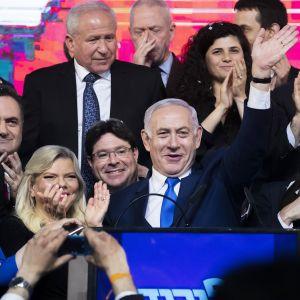 Benjamin Netanjahu pitämässä puhetta vaalituloksen jälkeen Tel Avivissa keskiviikkona.