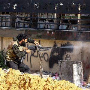 Hallitukselle uskollisen GNA-ryhmän sotilaita tulittamassa Khalifa Haftarin joukkoja Tripolin esikaupunkialueella.