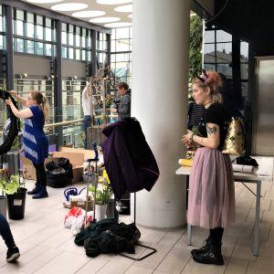 Kempeleen puutarha-alan oppilaitoksen opiskelijat rakentavat kukka-asetelmia Oulun kauppakeskus Valkeassa Floristinen Kevätvimma näyttelyssä.