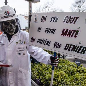 Mielenosoittaja vastustaa Bayer Monsanto -yhtiön glyfosaattien käyttöä.