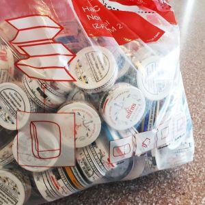 Raumon koulun oppilailta kerätyt tyhjät nuuskarasiat pussissa