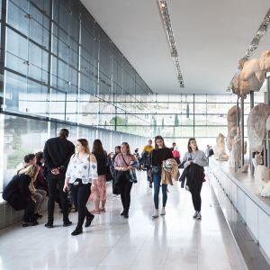 Kymmenen vuotta toimineessa Akropoliin museossa on ollut 14 miljoonaa kävijää. Museo tarjoaa kävijöiden mukaan ihanteelliset puitteet Parthenonin veistosten palauttamiselle.