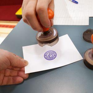 Vaalivirkailija leimaa äänestyslipun.