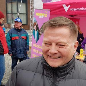 Markus Mustajärvi (vas.) Rovaniemen Lordin aukiolla.