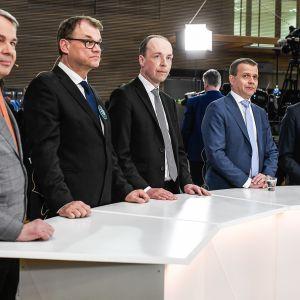 Viiden suurimman puolueen puheenjohtajat seuraavat ennusteen julkaisua.
