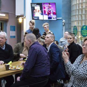 Historiallisen huono ennakkoäänestys- ja vaalitulos vaimensivat keskustan vaalivalvojaiset Oulussa.