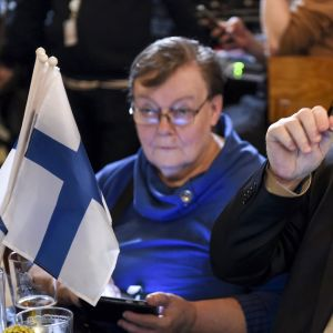 Sinisten Jari Lindström (oik.) puolueen vaalivalvojaisissa Helsingissä 14. huhtikuuta.