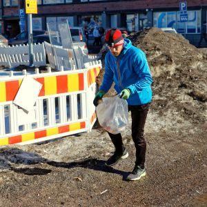 Oululainen Jussi Isoaho kerää roskia juoksulenkin ohessa.