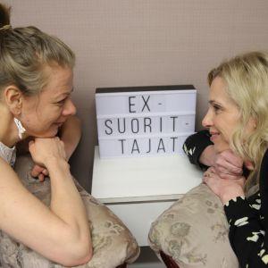 Laura Ruotsalainen ja Susanna Tiljander katselevat toisiaan