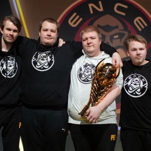 """ENCEn PUBG-joukkue Saku """"SKUIJKE"""" Sajakoski, Miika """"miikaz"""" Kinnunen, Aki """"TRYFFELI"""" Minkkinen ja Miro """"Rustanmar"""" Ruotsi."""