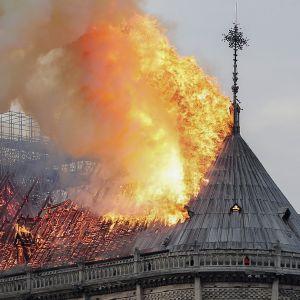 Notre Dame katto ilmiliekeissä