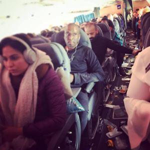 Lentokoneen matkustamossa tavarat lennelleet ympääriinsä turbulenssin vuoksi.