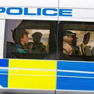 Poliisin kiinniottamia ilmastoaktivisteja oli koottu poliisiautoon Waterloon sillalla 16. huhtikuuta.