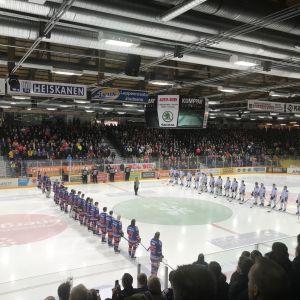Imatran Ketterän ja KeuPan joukkueet Mestiksen ensimmäisen finaaliottelun aloitusseremoniassa Lappeenrannan Kisapuistossa.