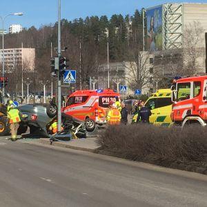 Pelastuslaitos ja poliisi liikenneonnettomuuspaikalla Lahden keskustassa