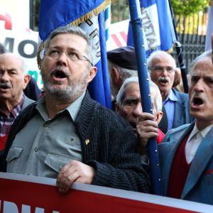 Mielenosoittajat vaativat Saksaa maksamaan sotakorvauksia Ateenassa 6. huhtikuuta 2017.