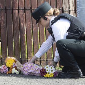 Poliisi toi kukkia paikalle, missä 29-vuotiasta toimittajaa Lyra McKeetä ammuttiin kuolettavasti eilen.