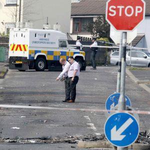 Poliisit tekevät rikospaikkatutkintaa.