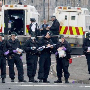 Poliisi keräsivät todistusaineistoa Pohjois-Irlannin Derryssä paikalla, jossa toimittaja Lyra McKee ammuttiin torstaina.