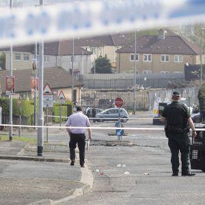 Poliisi tekee rikostutkintaa eristetyllä alueella.