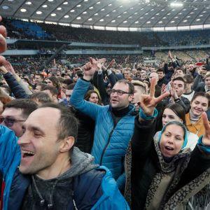 Ukrainan presidentinvaalitaisto huipentui ehdokkaiden vaaliväittelyssä Kiovan olympiastadionilla.