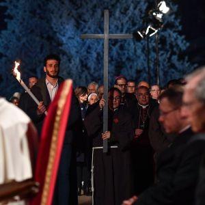 Paavi Franciscus johti Via Crucis -ristisaattoa Roomassa.