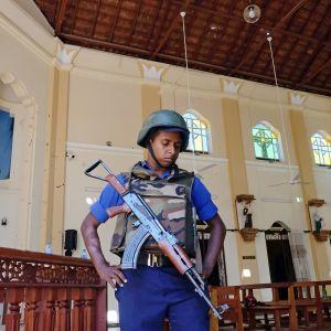 Poliisi valvomassa kirkkoa.