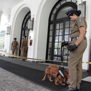 Poliisin partio Kingsbury-hotellin ulkopuolella Colombossa, Sri Lankassa 21. huhtikuuta 2019.