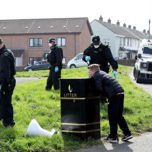 Poliisi tutkii aluetta missä toimittaja Lyra McKee ammuttiin.