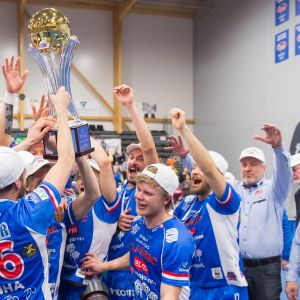 Salibandyliigan voittaneen Classicin pelaajat nostavat mestaruuspokaalia