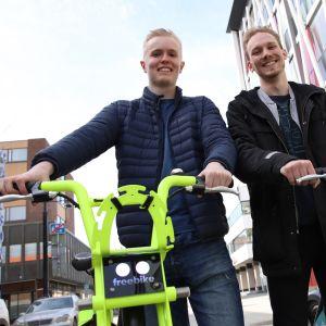 Opiskelijat Ville Simola ja Aku Kukkola sähköavusteisten kaupunkipyörien kanssa.