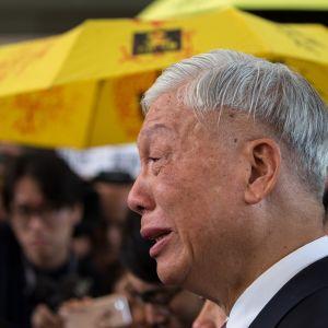 Demokratia-aktivisti, pastori Chu Yiu-ming puhkeaa itkuun kertoessaan lehdistölle saamastaan tuomiosta.