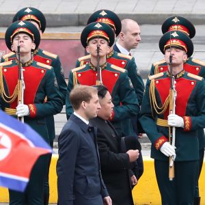 Kim Jong-un tarkasti Venäjän kunniakaartin saavuttuaan Vladivostokin rautatieasemalle 24. huhtikuuta.