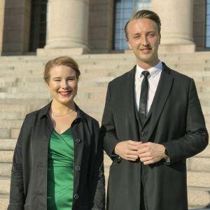 Iiris Suomela (vihreät) ja Ilmari Nurminen (SDP) eduskuntatalon edessä