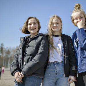 Vihtiläisen Otalammen koulun ysiluokkalaiset Hilla Nuolioja (vas.), Viivi Rimpiläinen ja Milla Jalas toivovat kouluun enemmän opetusta ilmastoasioista kaikissa oppiaineissa.