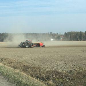 Traktori työskentelee pellolla