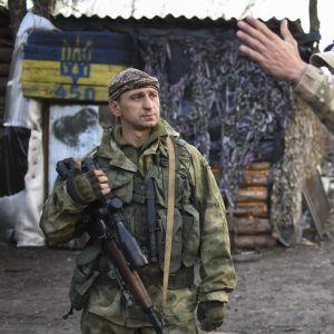 Ukrainalaiset sotilaat keskustelivat asemapaikassaan Luhanskin alueella sunnuntaina.
