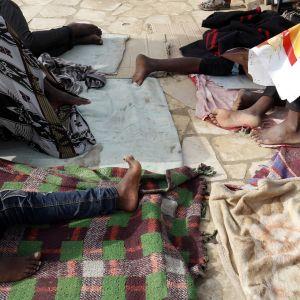 Afrikkalaissiirtolaiset nukkuivat tien varressa Maribissa elokuussa 2018.