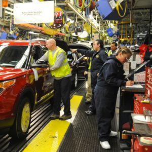 Tehdastyöntekijöitä tehtaalla.