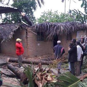Ihmiset tutkivat sykloni Kennethin tekemiä tuhoja Pohjois-Mosambikissa. Kansainvälisen Punaisen ristin ottama kuva.