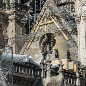 Työntekijät vahvistivat Notre Damen katedraalin rakenteita ja suojasivat rakennusta pressuilla loppuviikosta.