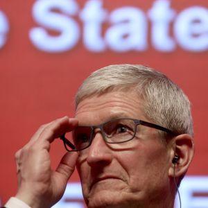Applen toimitusjohtaja Tim Cook talouskokouksessa Kiinassa maaliskuussa. Cook on sanonut, ettei Apple halua ihmisten käyttävän kaikkea aikaansa puhelimien parissa.