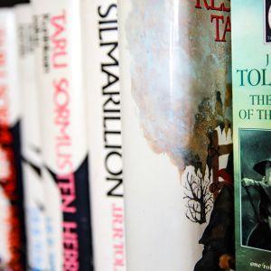 Tolkienin kirjoja kirjahyllyssä.