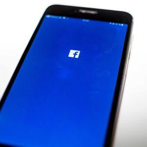 Facebookin logo puhelimen näytöllä.