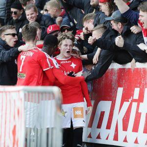HIFK juhlii Jakob Dunsbyn 2-0-maalia.