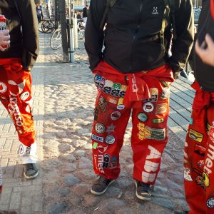 Opiskelijoita juhlimassa vappua Oulun torinrannassa.
