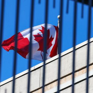 Kanadan lippu lähetystön katolla Pekingissä.