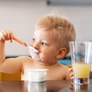 lapsi syö jogurttia