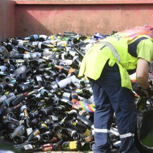 Jätelavalle kerättyjä tyhjiä pulloja vappupäivänä Kaivopuistossa Helsingissä 1. toukokuuta