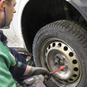Iisalmen Euromasterin rengasasentaja Niko Jokinen vaihtaa talvirengasta pakettiautoon.